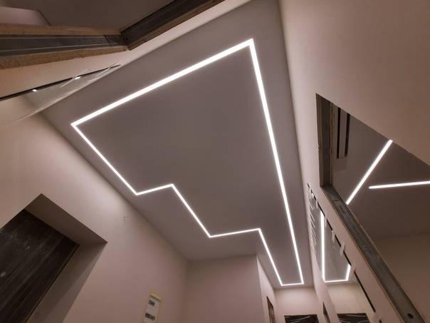 Парящие световые линии – модный тренд в дизайне натяжных потолков с массой очевидных преимуществ