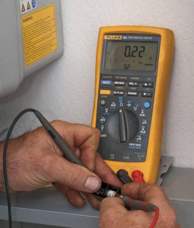Как проверить напряжение в розетке мультиметром и измерить силу тока в сети тестером: в каком случае покажет 220в, правила проведения тестирования