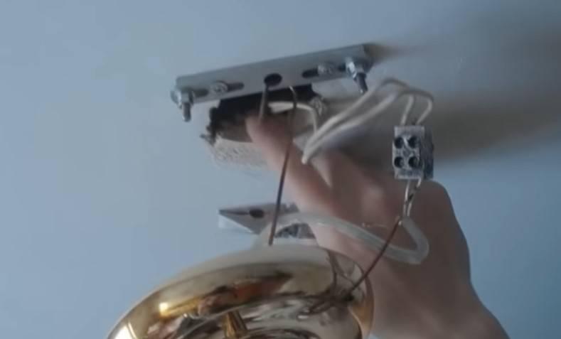 Вешаем люстру на натяжной потолок: инструкция по монтажу своими руками