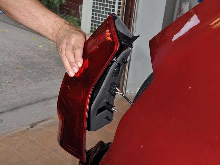 Как снять задний фонарь на автомобиль рено логан