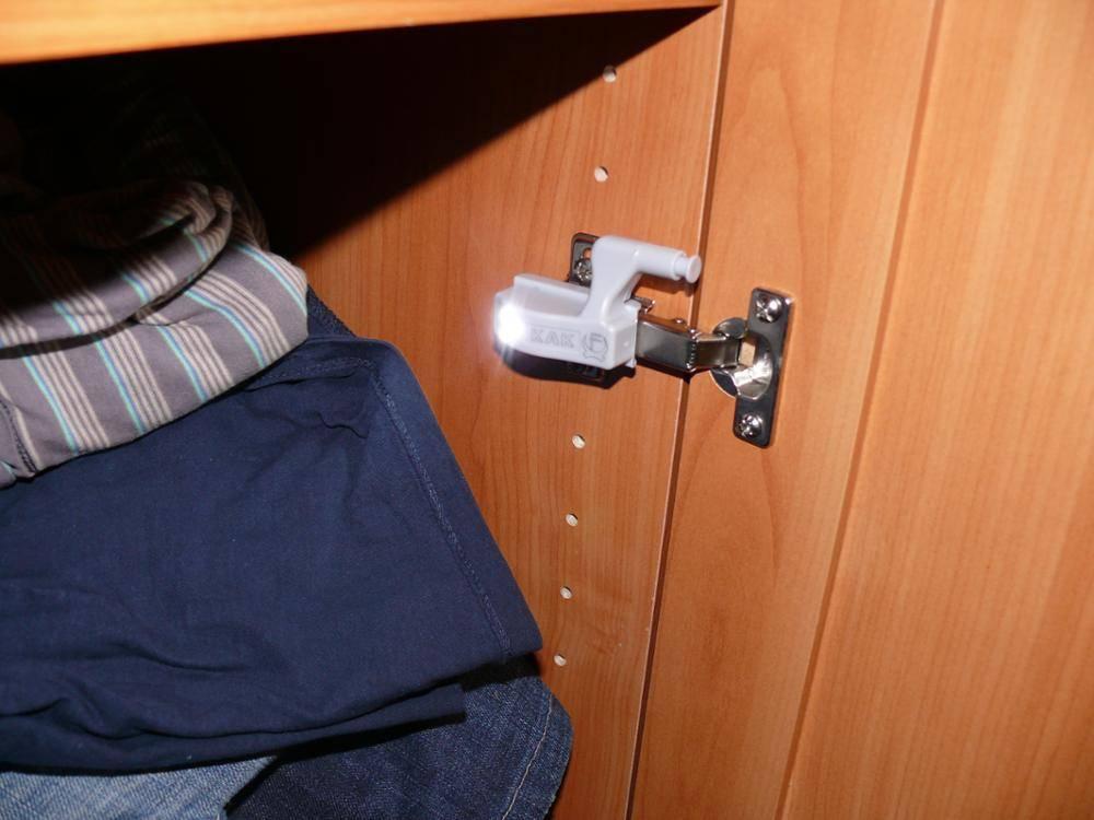 Подсветка шкафа купе светодиодной лентой.
