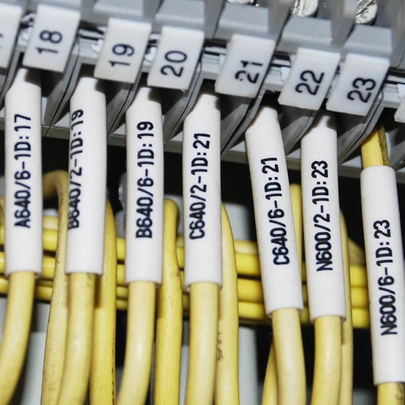 Какими должны быть маркировочные бирки для кабелей и проводов?