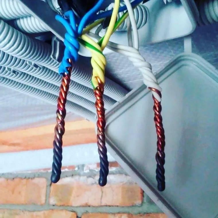 Пайка проводов в распределительной коробке: медные провода, скрутка, инструмент и припой