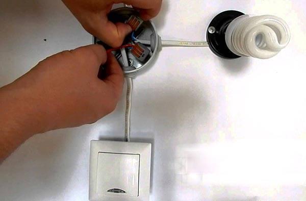 Почему моргает энергосберегающая лампа при выключенном выключателе с подсветкой