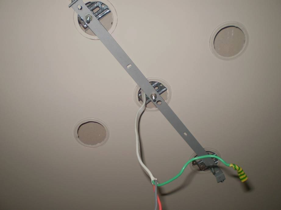 Закладная под люстру в натяжном потолке: инструктаж по установке платформ под люстры