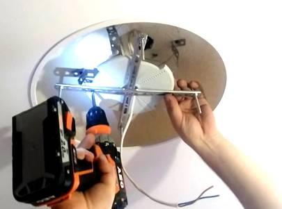 Как заменить лампочку в точечном светильнике - 3 ошибки, галогенная и светодиодная лампа, замена светильника в подвесном потолке.