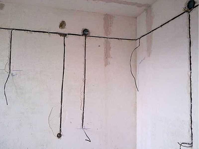 Прокладываю электрику, стены не штроблю, а выглядит аккуратно