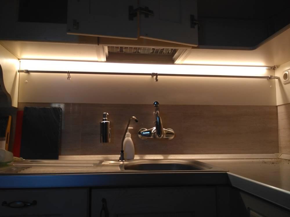 Какую выбрать подсветку для кухни под шкафы: какая лучше и как произвести монтаж своими руками?