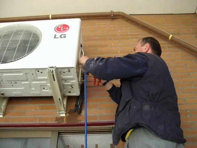 Принцип отвода воды из кондиционера: почему она капает?