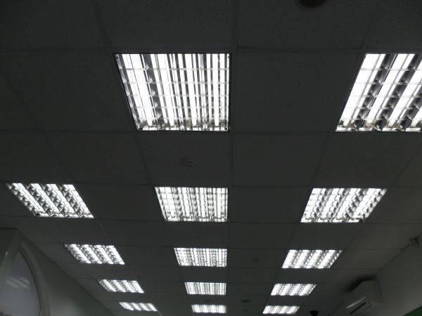 Особенности светильников для потолка армстронг