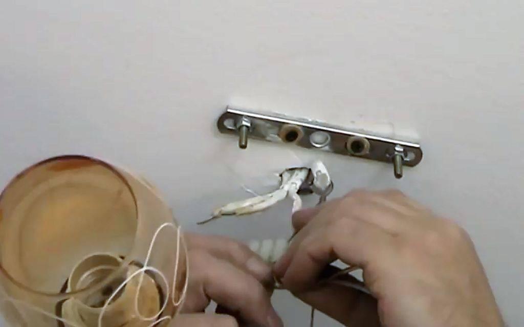 Как крепить люстру к натяжному потолку, если он уже натянут: пошагово, советы (фото)
