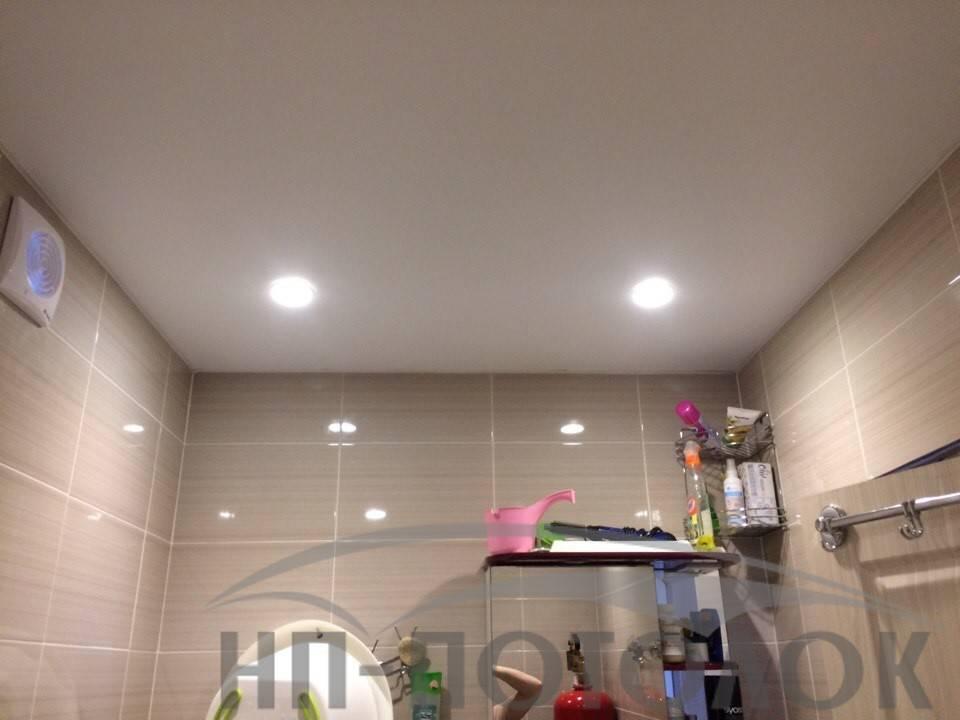 Какие точечные светильники и лампы лучше выбрать для натяжного потолка