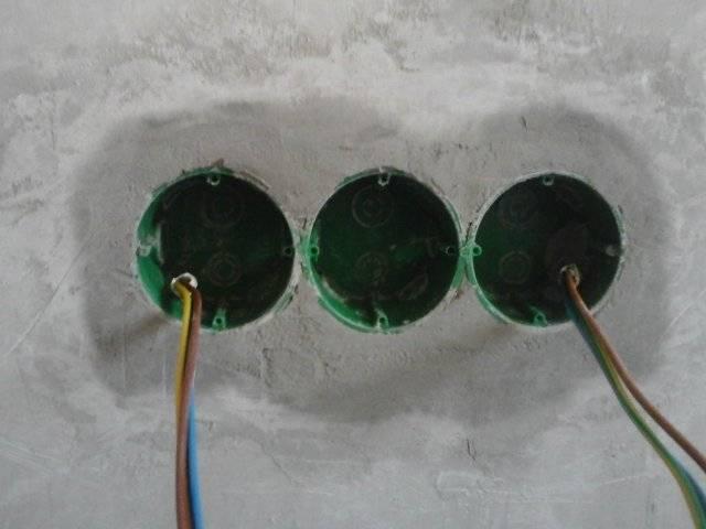 Установка розеток и выключателей в гипсокартон: как сделать отверстие и закрепить коробку своими руками (видео)
