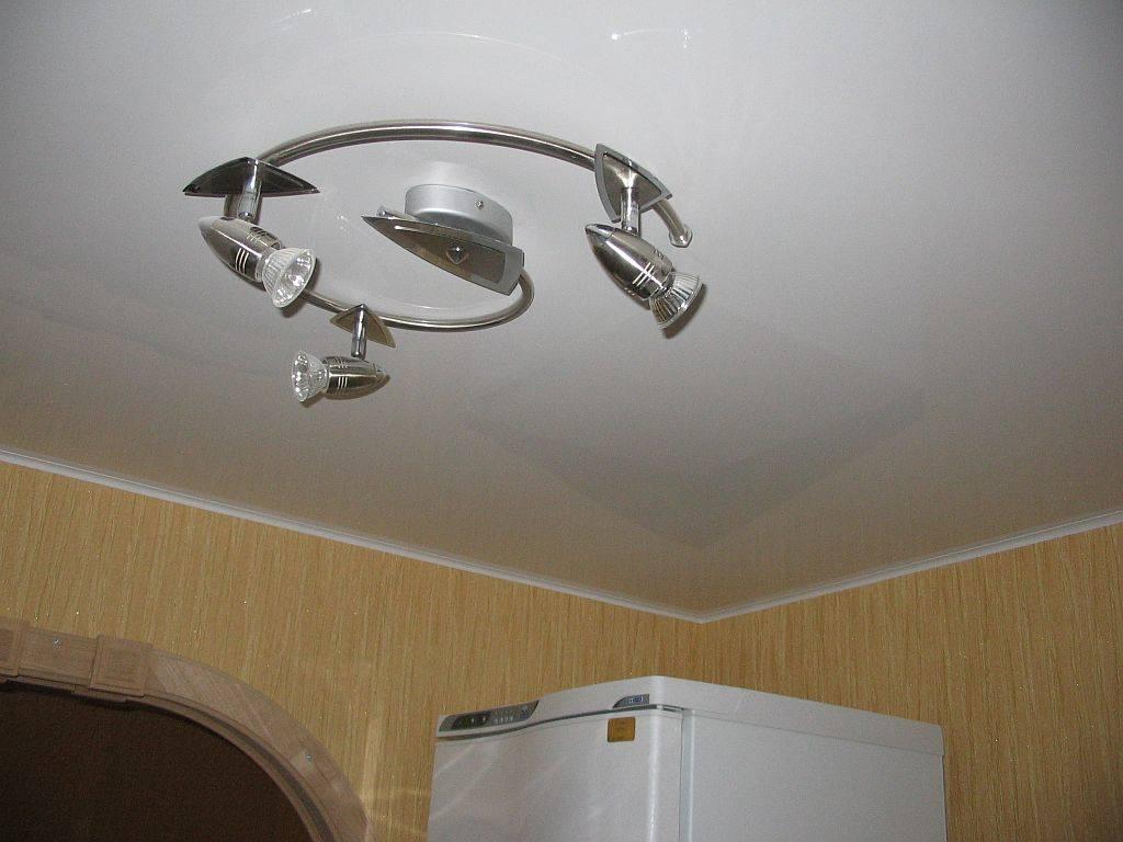 Как правильно снять встроенный точечный светильник с натяжного потолка и поменять лампочку