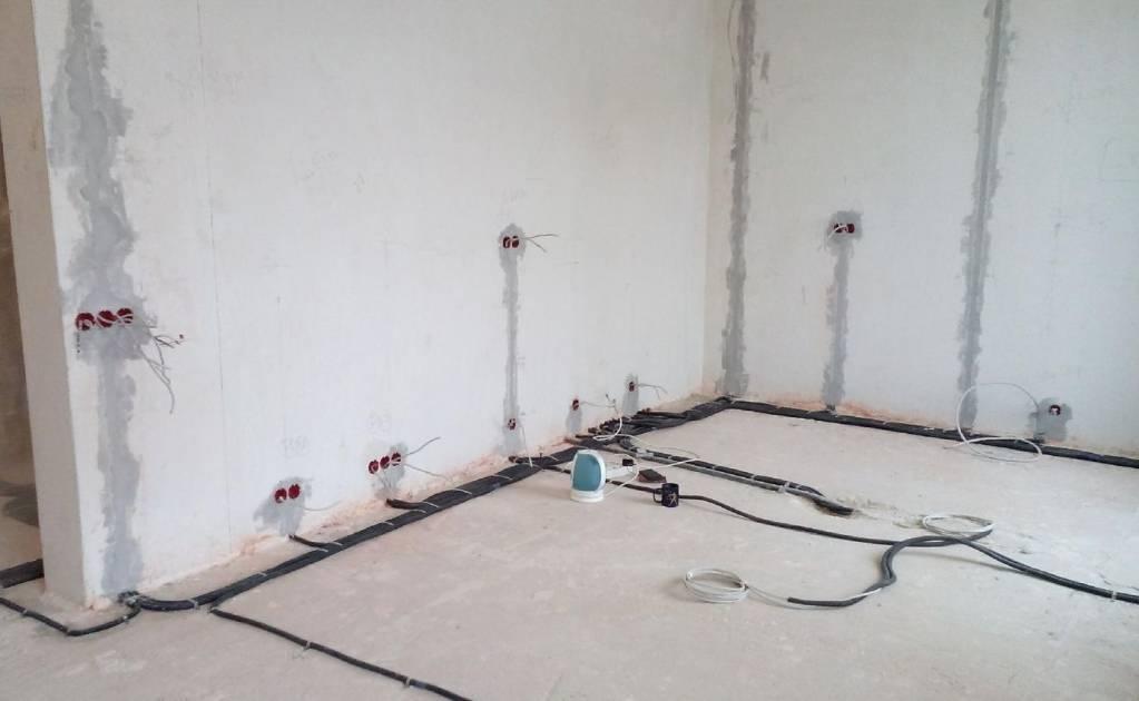 Насколько практичная проводка по потолку, не нарушаются ли правила безопасности в таком случае?