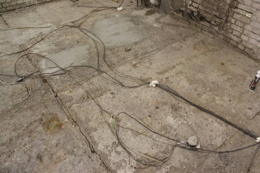 Что лучше — электрика по полу или потолку. сравнение, затраты, правила монтажа.