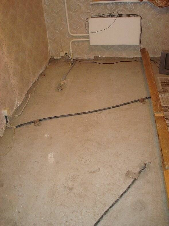 Можно ли проложить проводку без гофры по полу?