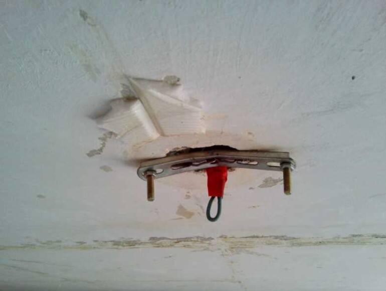 Как повесить люстру на потолок (на крюк, с планкой) +фото