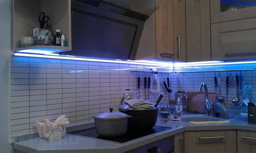 Подсветка для кухни под шкафы: какая лучше – линейная диодная или мебельные точечные светильники? как на кухне сделать монтаж ленты своими руками?