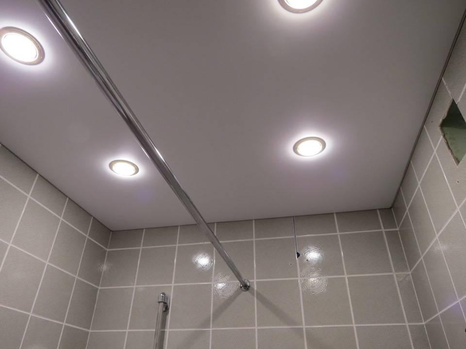 Какие светильники выбрать в ванную комнату на потолок