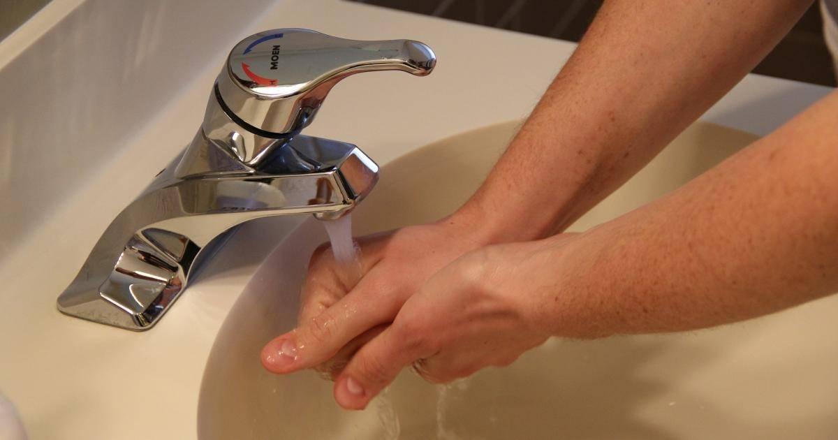 Бьет током от воды из крана: почему происходит и что делать?