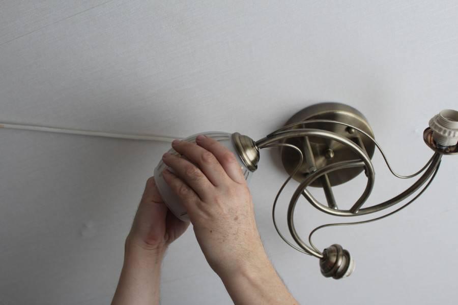 Как снять настенный светильник