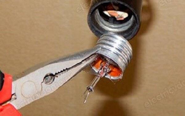 Что делать, если лампочка не выкручивается из патрона?