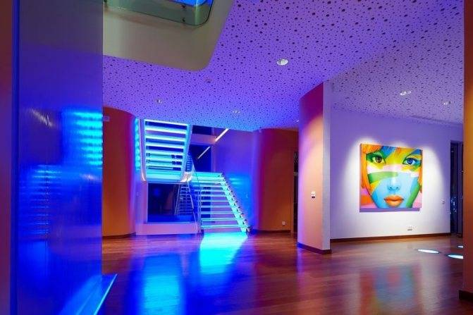 Подсветка стен с использованием светодиодных лент и встраиваемых источников, преимущества и популярные идеи - 16 фото