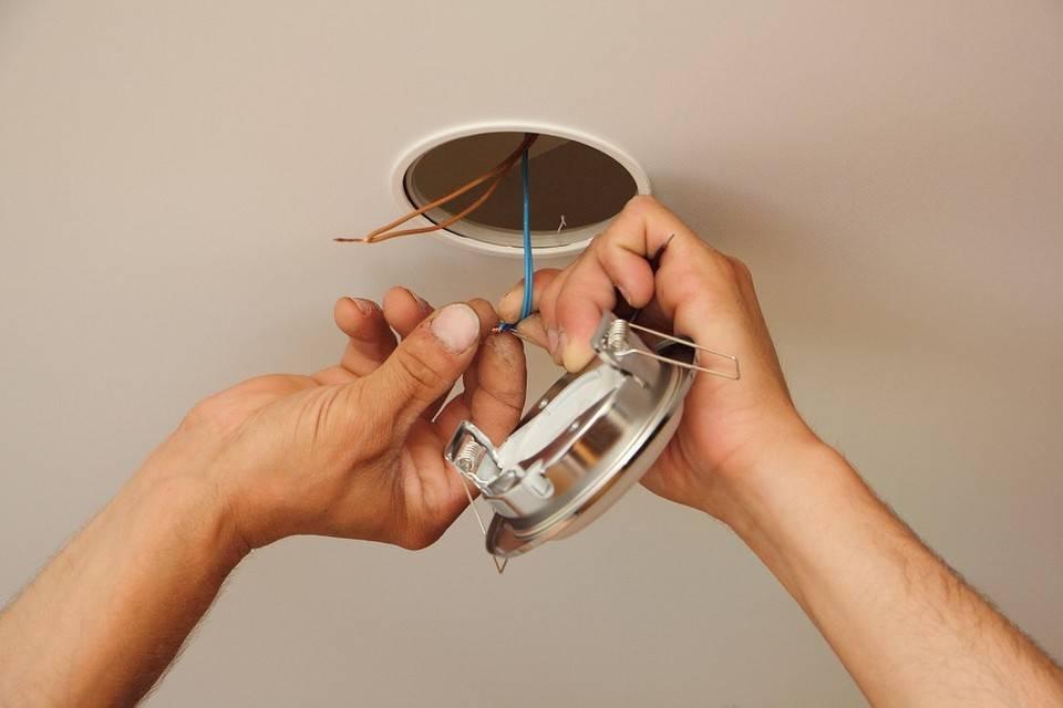 Как поменять (выкрутить) лампочку светильника в натяжном потолке