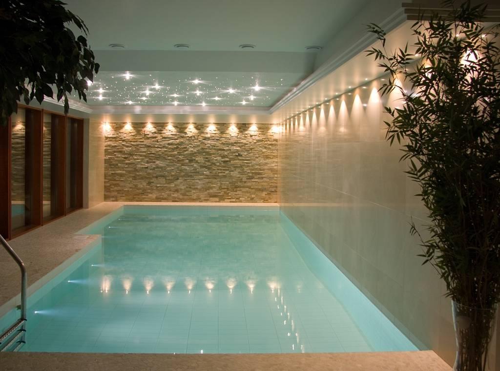 Как правильно организовать подсветку бассейна?