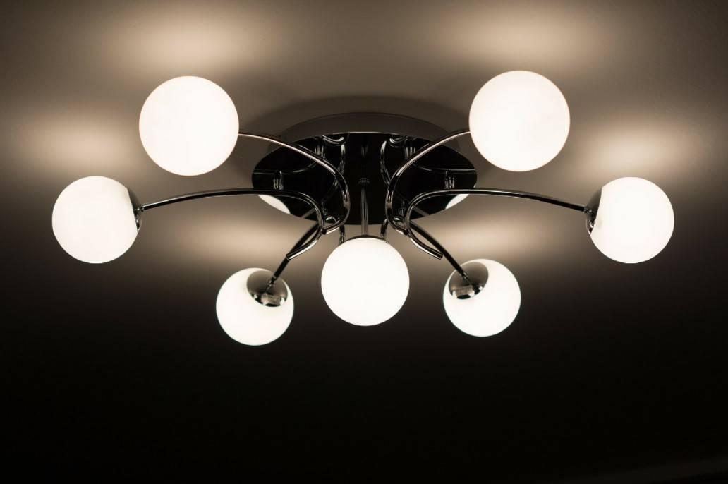 Что лучше для натяжного потолка: люстра или точечные светильники