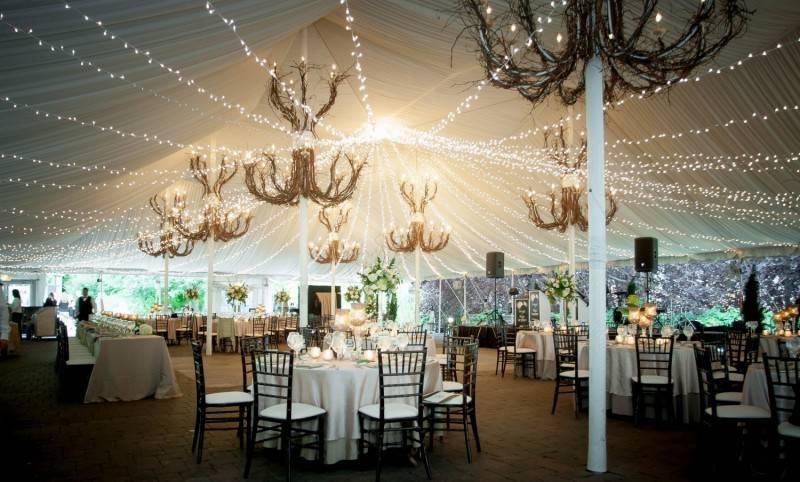 Оформление свадебного зала, декорирование стола и красивые декорации  - 24 фото