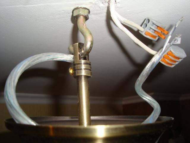 Как установить люстру на натяжной потолок: крепление на монтажную планку или крюк