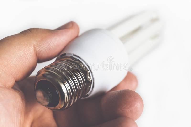 Что делать, если разбилась энергосберегающая лампочка в квартире?