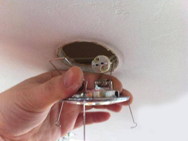 Как правильно повесить люстру на натяжной потолок?