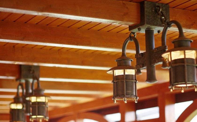 Освещение в беседке: фото и интересные идеи светильников, как подвести электричество к беседке и провести свет, монтаж люстры и фонаря из дерева