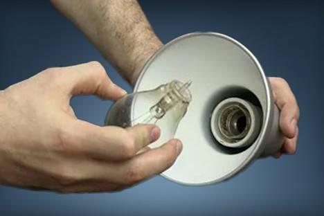 Цоколь остался в патроне как вытащить. как выкрутить лопнувшую лампочку из патрона? способ с включенным электричеством