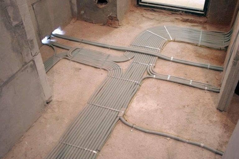 Электропроводка в полу – широко применяемый способ прокладки проводов и кабелей