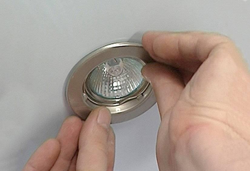 Подробная пошаговая инструкция, как выкрутить лампочку из натяжного потолка