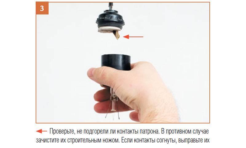 Как выкрутить цоколь лампочки из патрона?