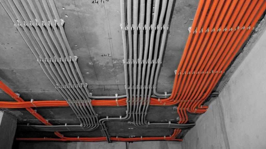 Монтаж скрытой и открытой электрической проводки в доме и выбор сечения провода по тока для правильной схемы прокладки