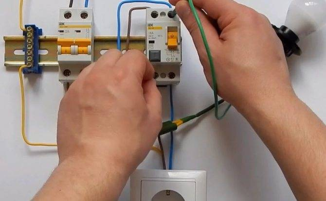 Как проверить узо на срабатывание батарейкой, лампочкой, тестером
