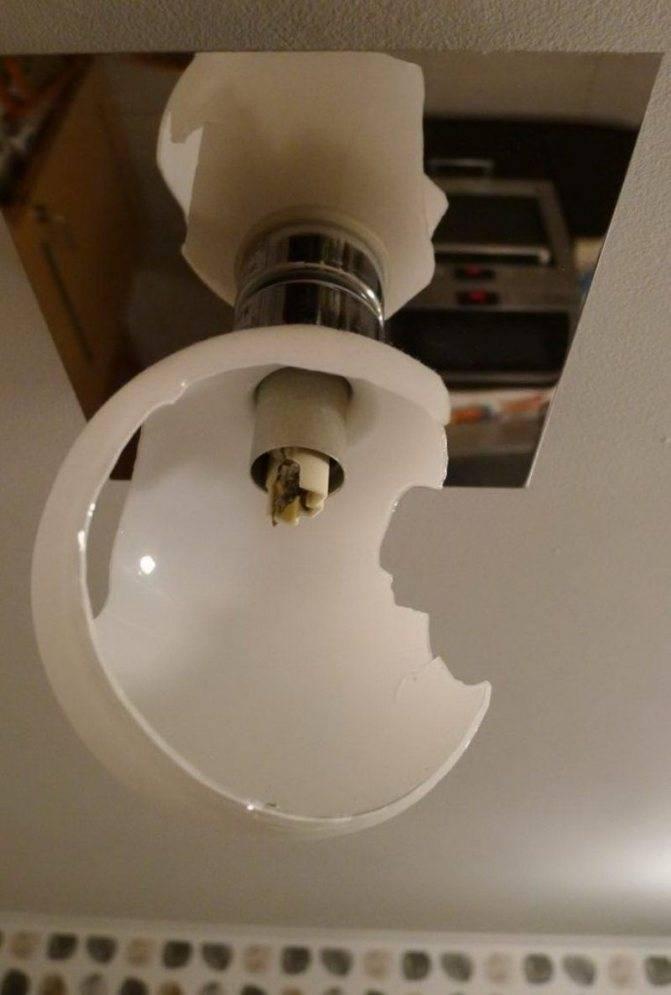 Как выкрутить лопнувшую лампочку из патрона — три способа