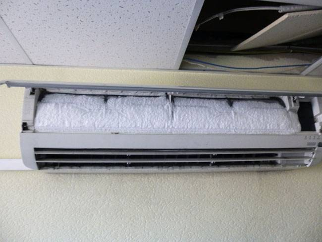 Почему с кондиционера капает вода в квартире