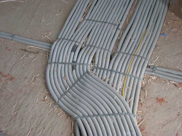 Как провести проводку по потолку своими руками: монтаж в гофре, прокладка кабеля в квартире, частном доме от щитка, укладка, правильно проложить под натяжной, разводка без штробления, могут ли пересекаться