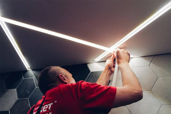 Световые полосы на натяжном потолке — виды и особенности