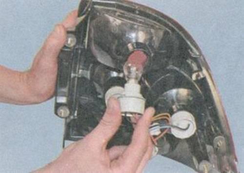 Замена лампочек в туманках приора