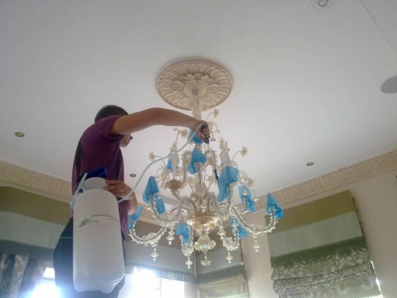 Как помыть люстру с висюльками, не снимая ее с потолка