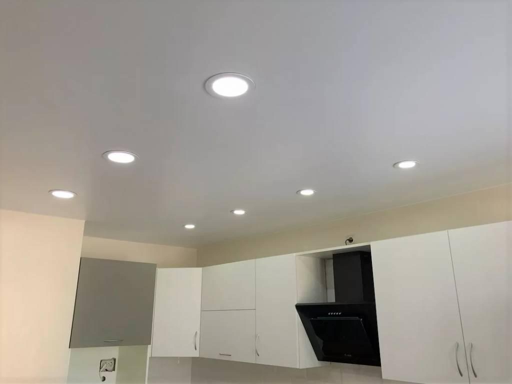Расположение светильников на натяжном потолке: как лучше расположить точечные лампочки, схемы, варианты, фото