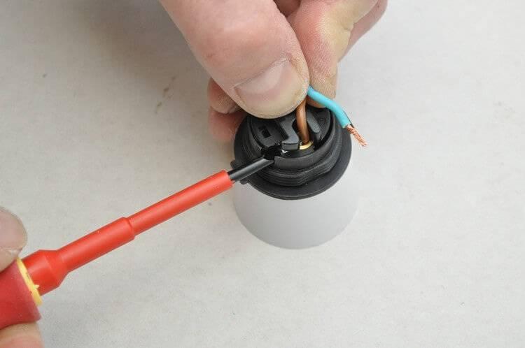 Как подключить безвинтовой электрический патрон